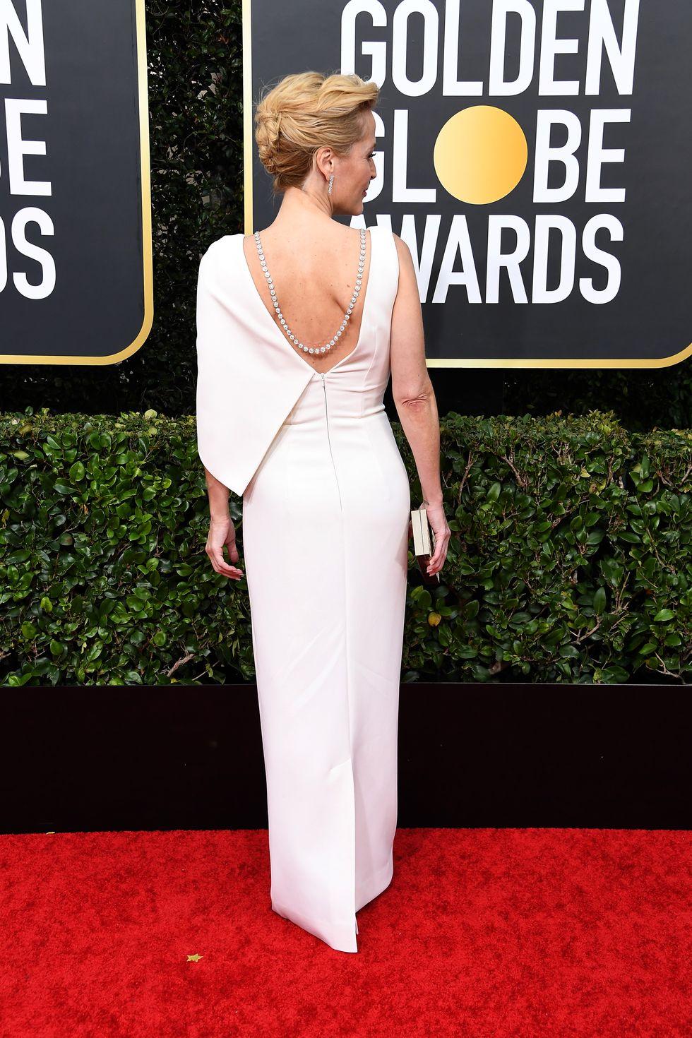 És Gillian Anderson háta!
