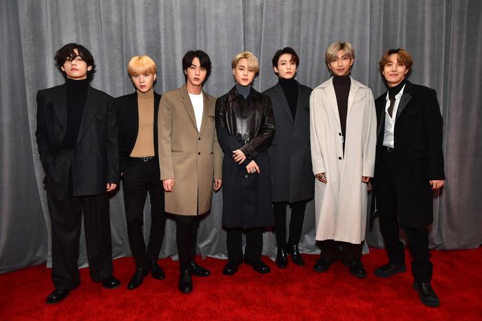 A koreai BTS Bottega Veneta egyenruhában nézte a show-t