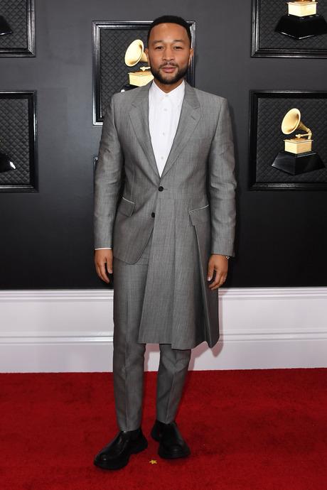 John Legend, aszimmetrikus öltönyben