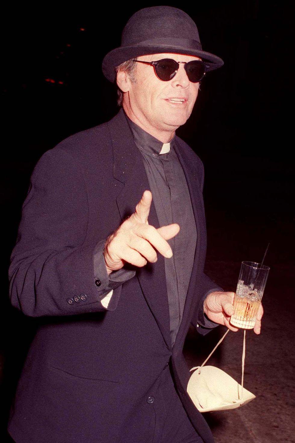 Jack Nicholson 1994-ben papnak öltözött - vajon mire szolgált az álarc a kezében?!