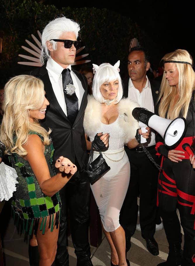Josh Duhamel és Fergie mint Karl Lagerfeld és a cicája, Choupette