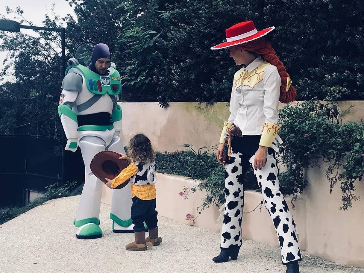 Justin Timberlake, Jessica Biel és a kisfiuk, Silas mint Buzz Lightyear, Jessie és Woody a Toy Story-ból