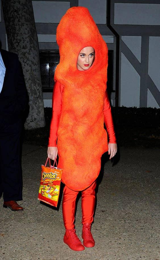 És Katy Perry mint egy falatka Cheetos, speckó táskával!