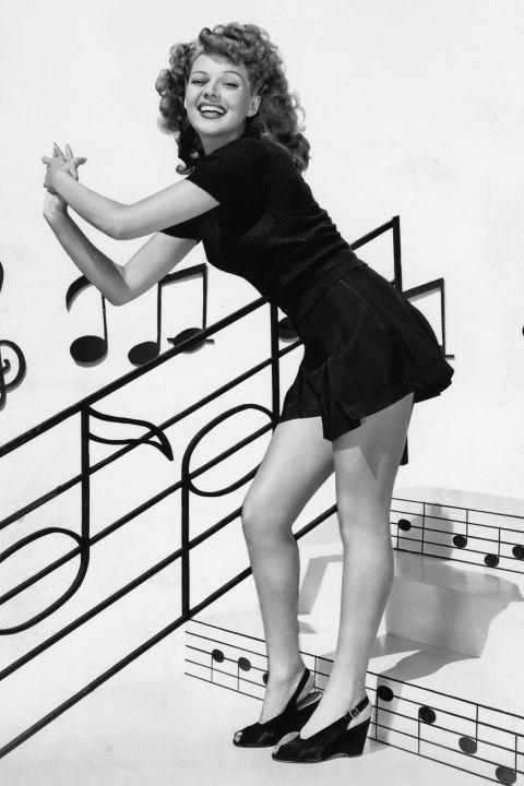 A tragikus sorsú Rita Hayworth peep toe orrú éktalpú cipőben a 40-es években
