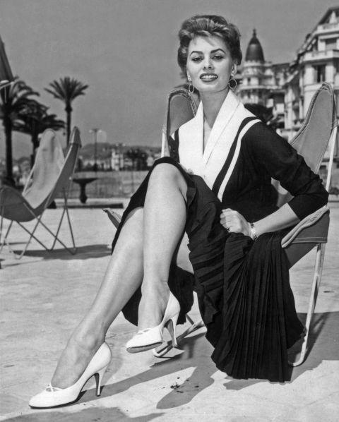 Sophia Loren 1954-ben Cannes-ba vitte a tengerész szerkóját és a fehér magassarkúját