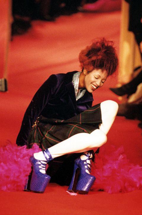 Naomi Campbell nevét itt ismerte meg a világ, ahogy a 30 centi magas Vivienne Westwood cipőben botladozott 1993-ban