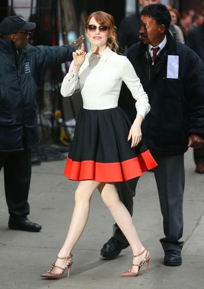 Emma Stone egy Valentino Rockstud cipőben