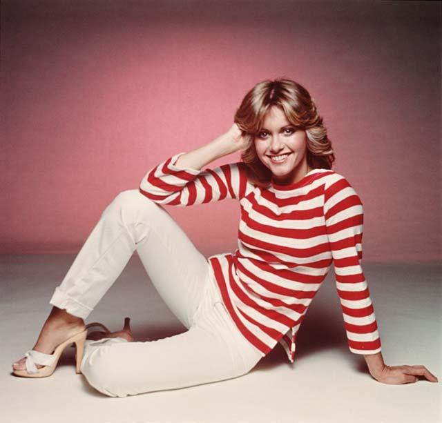 Olivia Newton John, a Grease sztárja egy fatalpú papucskában, 1975-ben