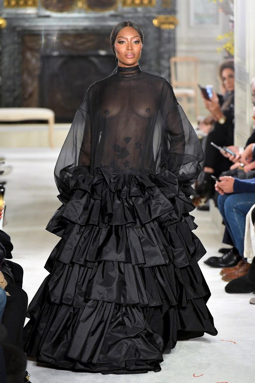Naomi Campbell a Valentino kifutóján vonult áttetsző ruhában