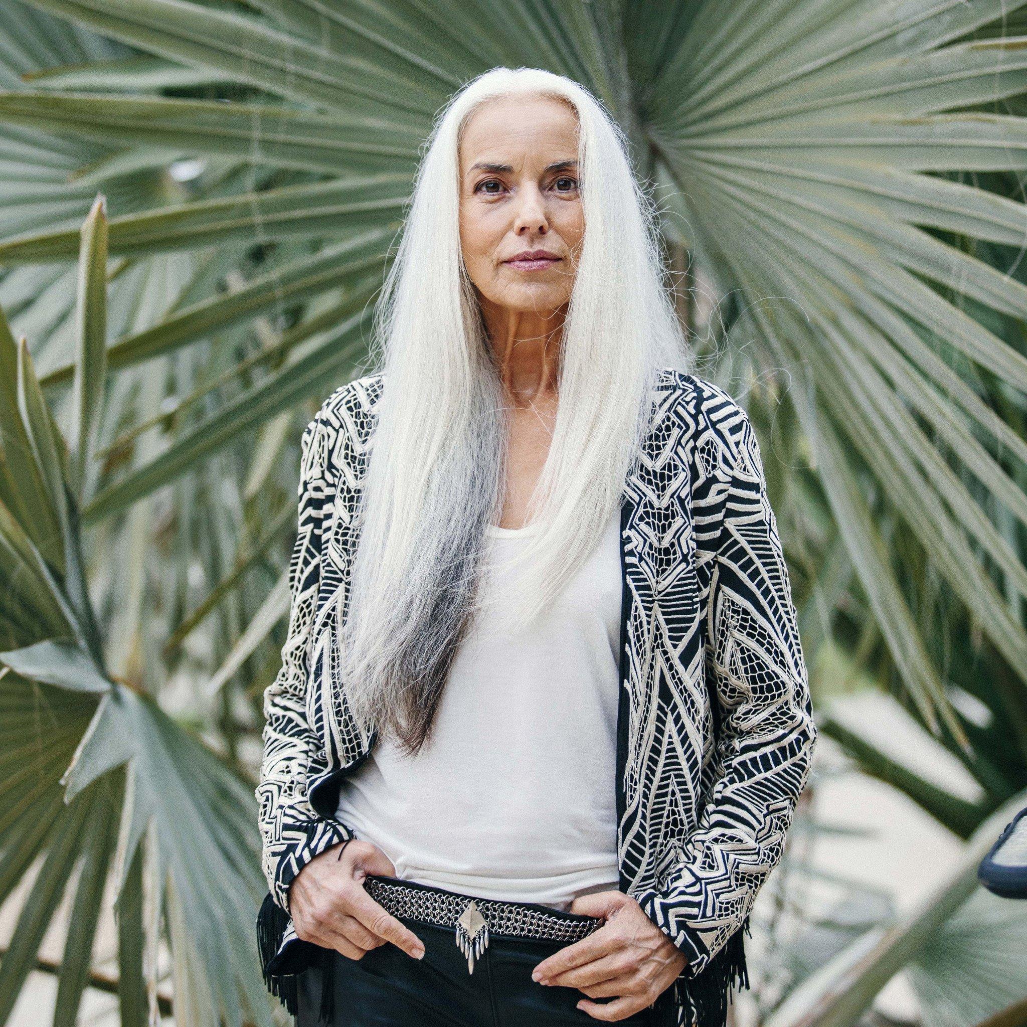 Az ezüsthajú, korzikai származású Yasmina Rossi 60 felett is gyönyörű
