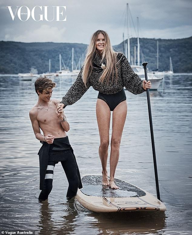 Elle Macpherson az ausztrál VOGUE címlapján, a fiával