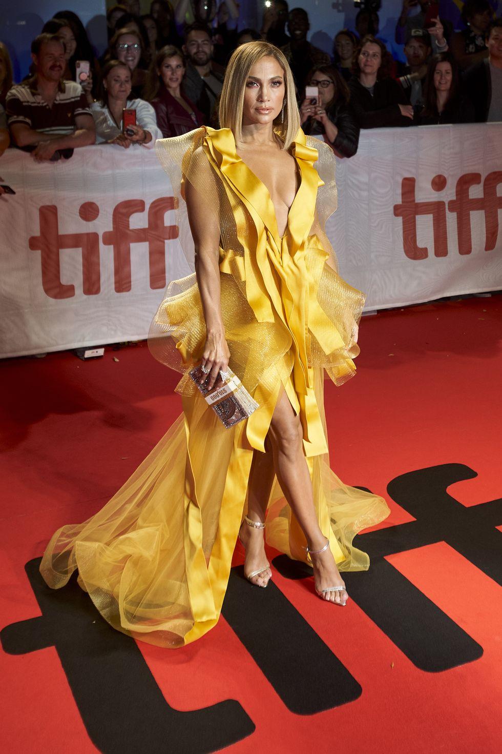 A Hustlers premierjére sárga, fodrokkal díszített Maison Yeya ruha járt