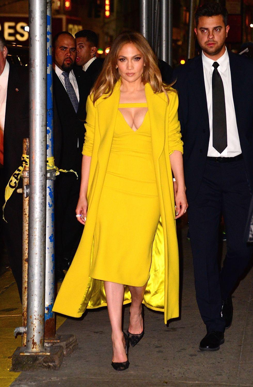 Egy isteni sárga ruha-kabát kombó 2016-ból