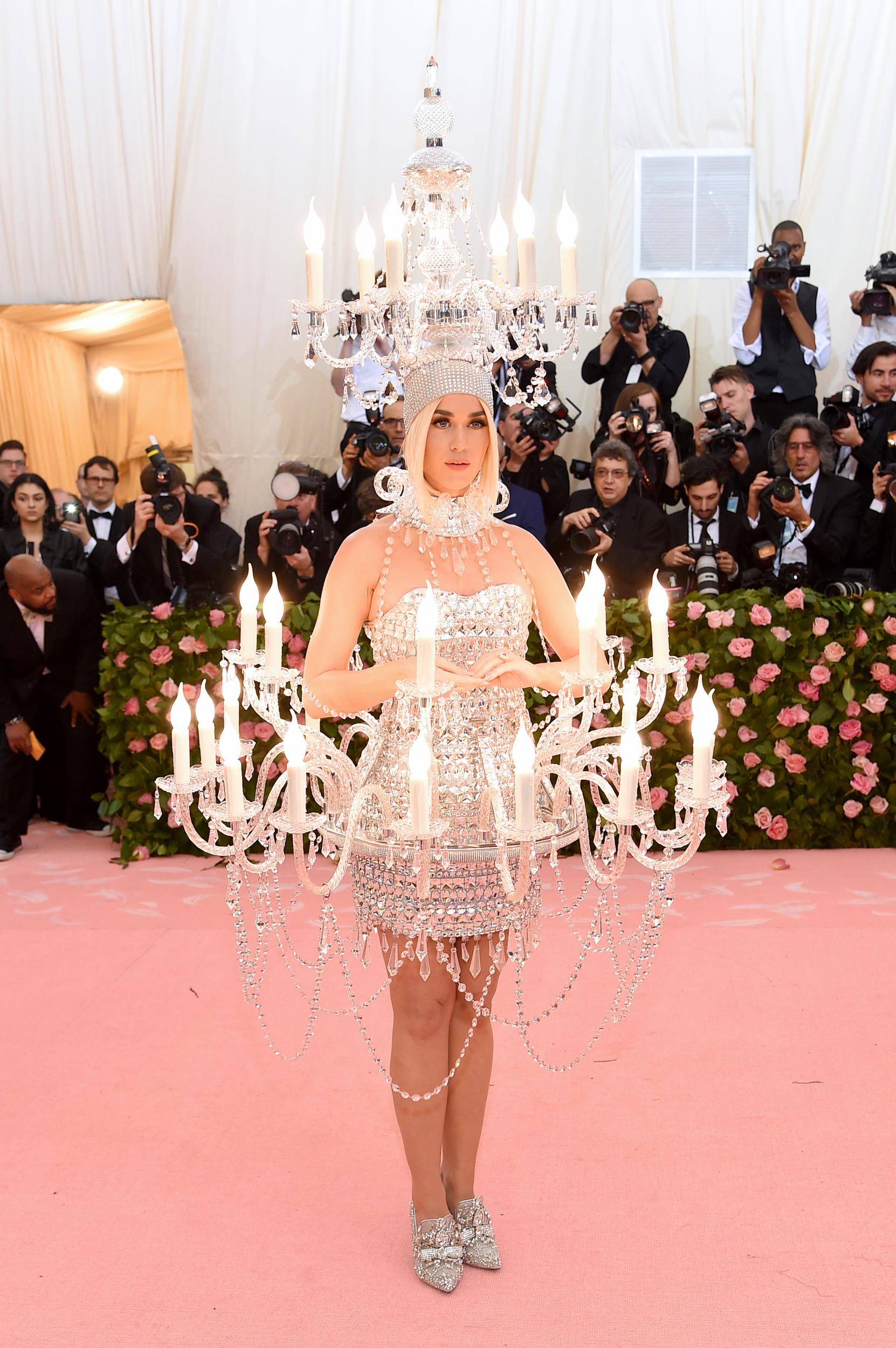 Katy Perry csillárként beragyogta a szőnyeget - csak azon aggódott, nehogy leessen a fejdísze -, majd a vacsorához átöltözött egy óriási hamburgernek - Moschino