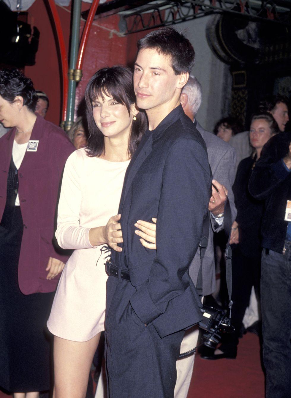Sandra Bullockkal ölelkezve 1994-ben - azóta kiderült, hogy nagyon bejöttek egymásnak a Féktelenül forgatásán