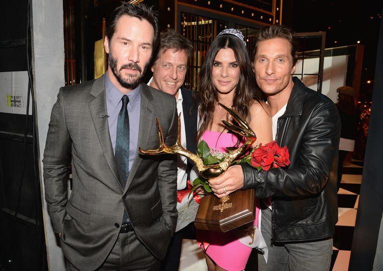 Amikor Sandra megkapta a 'Decade of Hotness' díjat, nem egy, hanem 3 korábbi partnere nyújtotta át neki! ROMKOM ÁLOM!<br />