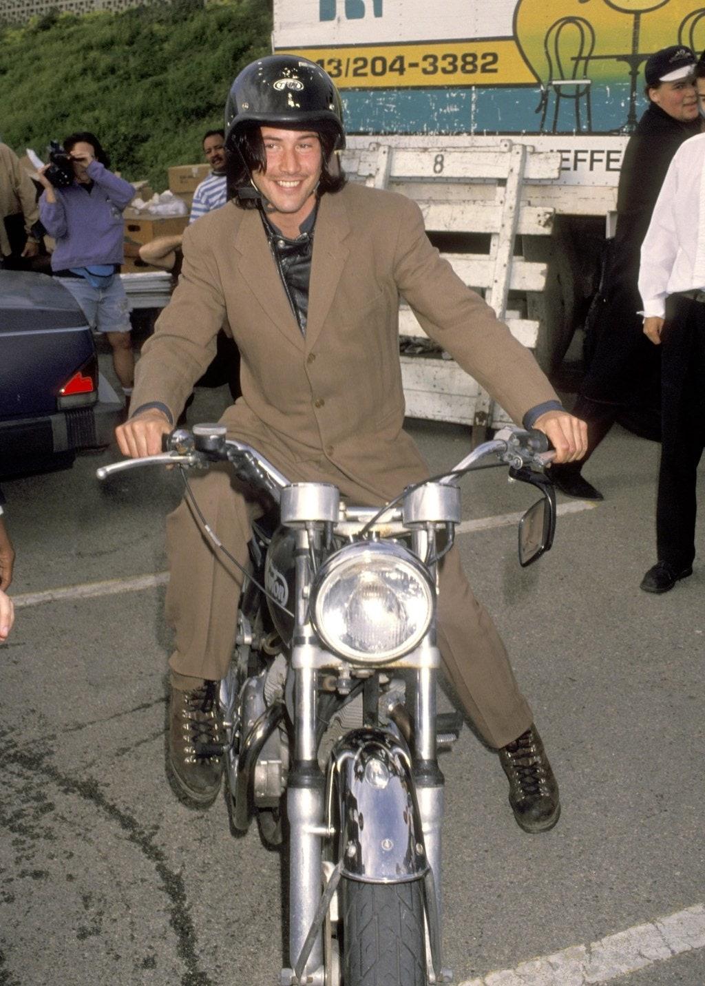 Tudtátok, hogy motorimádó a srác? Van egy saját vállalkozása is, amelyben egyedi darabokat készítenek. Ez a kép mégSanta Monica-ban készült, 1993-ban, de a szenvedély azóta is töretlen!