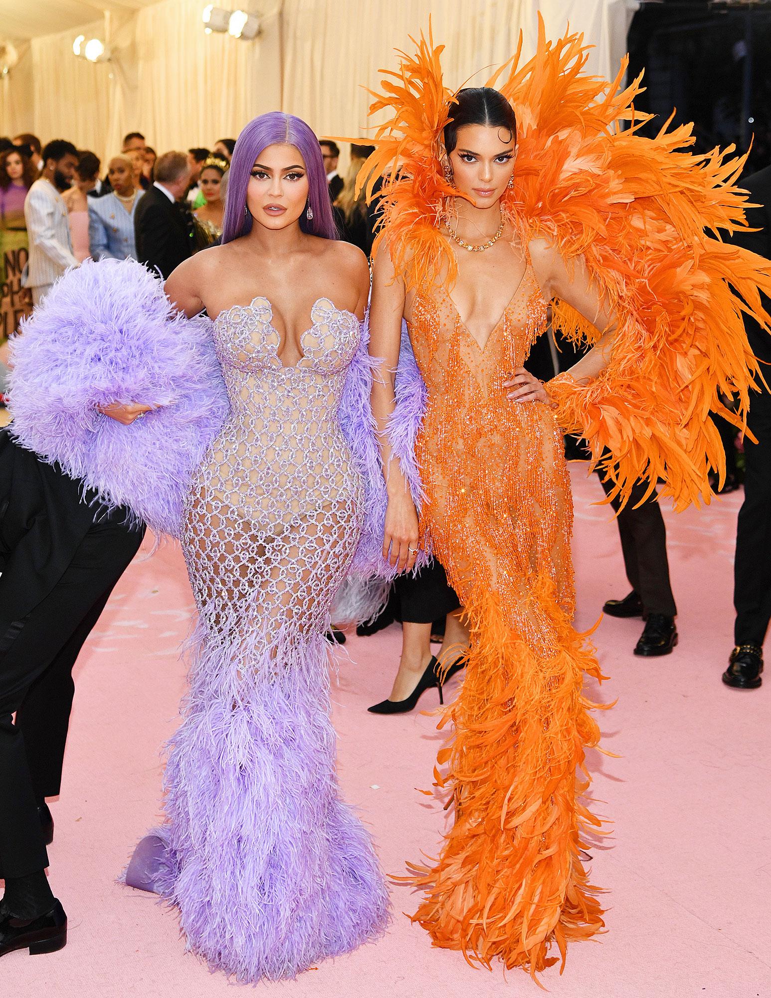 Kylie és Kendall Jenner - Versace