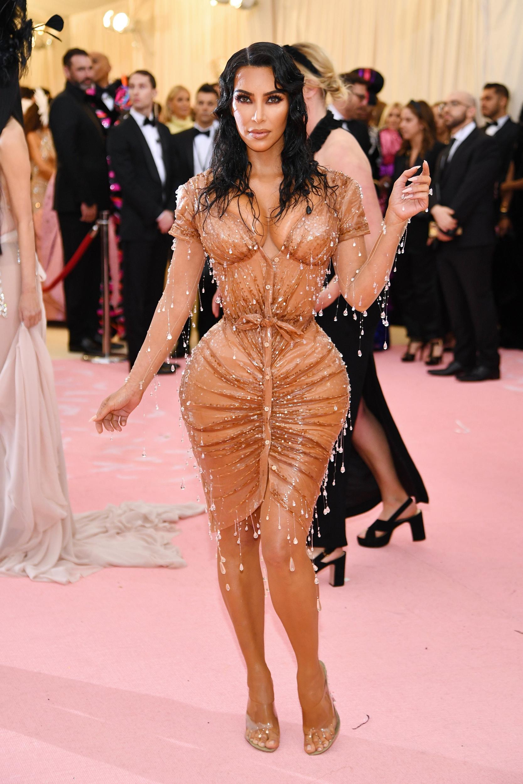 Kim Kardashian West Thierry Mugler tervező ruhájában, az elsőben, amit 20 év kihagyás után tervezett - az igazi wet look!