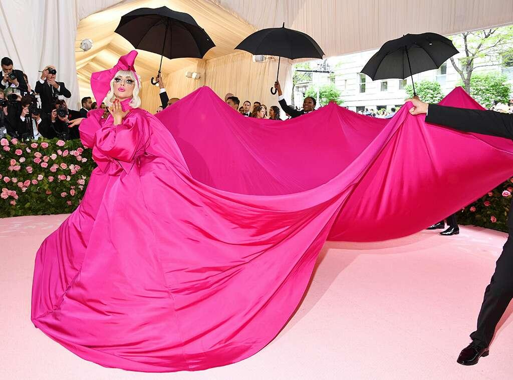 Lady Gaga ismét uszályos ruhára szavazott, amitől aztán szép lassan megszabadult, megidézte közben Marilyn Monroe-t is, mígnem csak egy bugyiban állt a szőnyegen és úgy pózolt, mint aki erre született