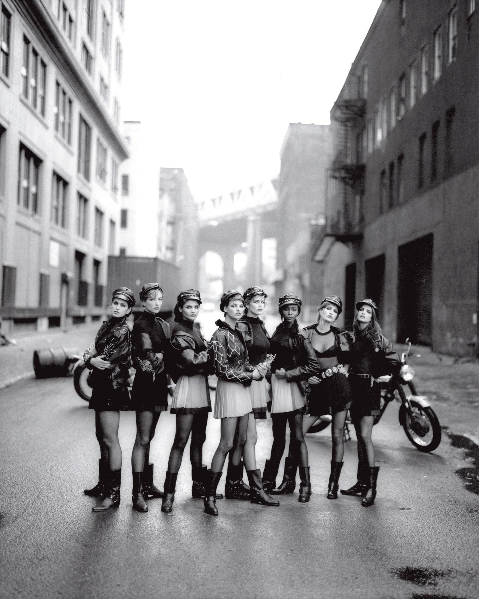 Modellek motoros dzsekiben - Fotó: Peter Lindbergh