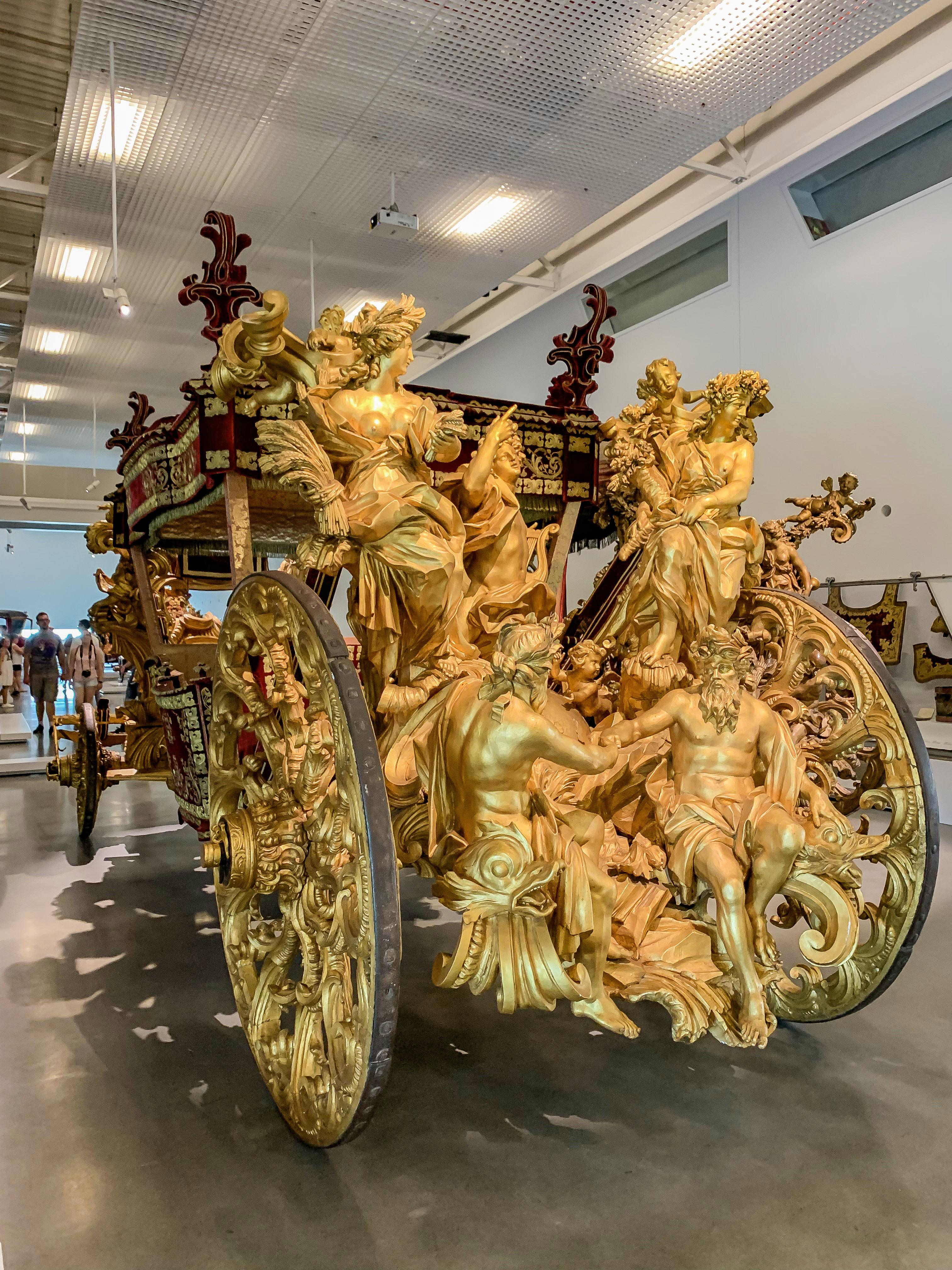 Szerintem a gyönyörű hintókat bemutató Museu dos Coches is megér egy misét