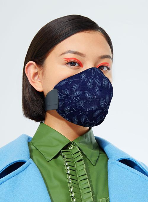 A Meo és a népszerű ausztrál designer, Karen Walker kollaborációja nemrég debütált, reagálva a levegő egyre romló minőségére Ausztráliában - újrahasznosítható maszkok beépített, cserélhető dizjánnal, ami nem is lehetne időszerűbb.