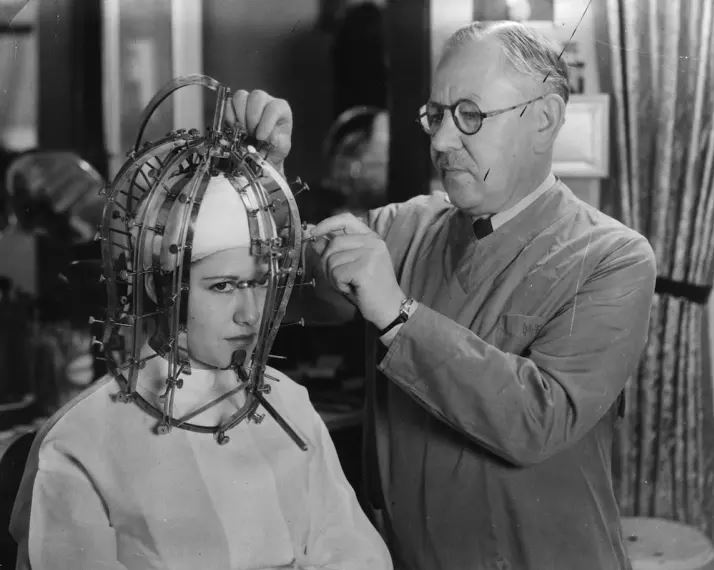 De haladjunk is tovább az arc és bőr szépítésére! Az alábbi bizarr kis szerkezetet arra használták a harmincas években, hogy lemérjék a makeup artistok számára a színészek és színésznők arcának paramétereit – akik így aztán pontosan látják majd, hol kell kontúrozni, hogy szebb legyen a végeredmény a filmen. Igen, a filmművészetből ered a kontúrozás művészete, és nem Kim Kardashiantől. ;)
