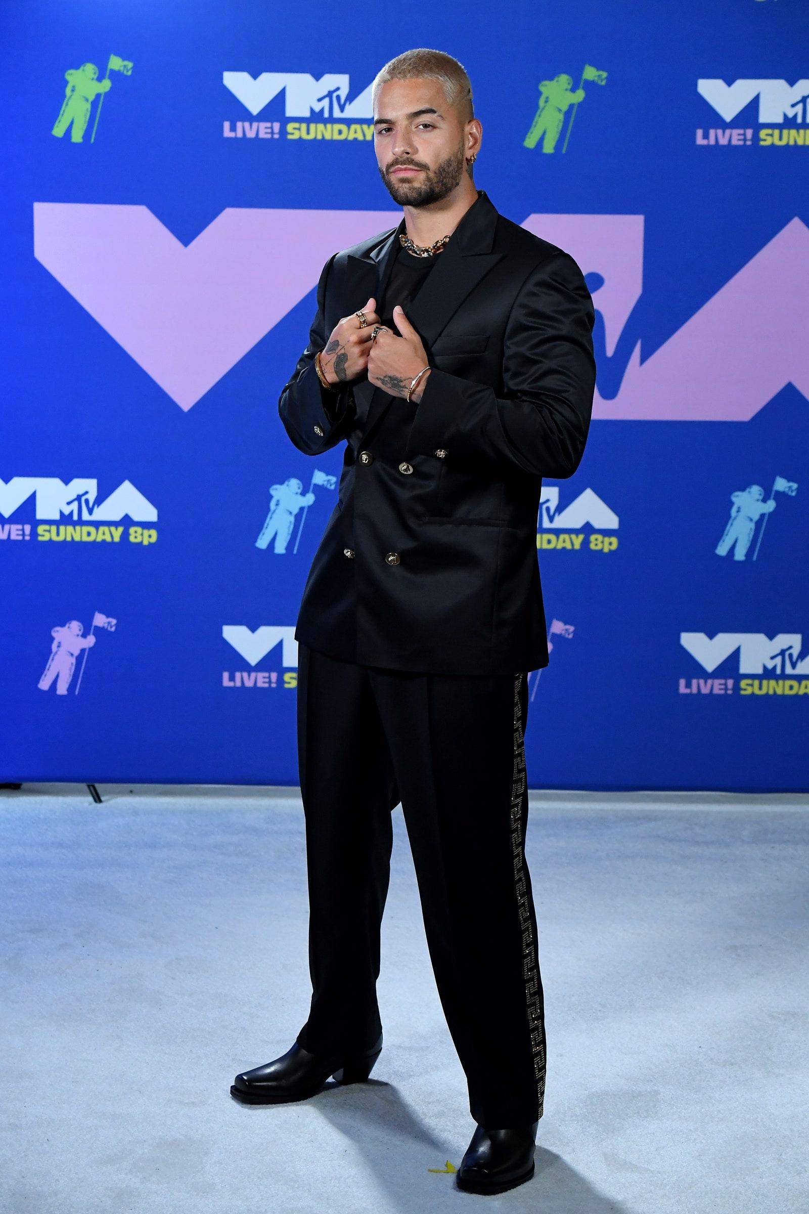 Maluma egy sötét Versace öltönyben pózolt - Getty Images for MTV