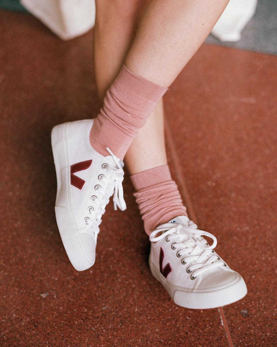 A francia VEJA márka szupermenő cipői vegán bőrből, lebomló és újrahasznosított anyagokból