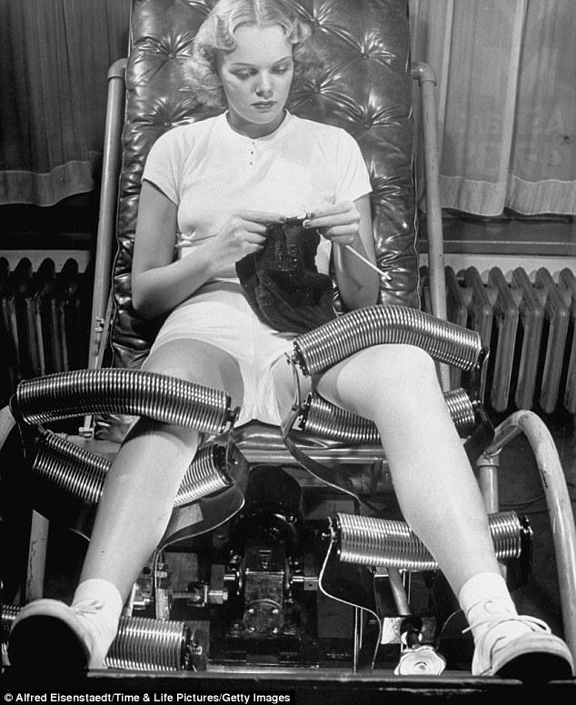 Kizárólag szőrtelen lábbal érdemes bepattanni ebbe a gépezetbe, amit a negyvenes évek karcsúsító szalonjaiban alkalmaztak. Ha Ti is kipróbálnátok ezt a fogyasztó és izomerősítő módszert, ne felejtsétek magatokkal vinni a kötéseteket, ahogy a hölgy is mutatja, hiszen így összeKÖThetitek a hasznosat a hasznossal. Érdemes megfigyelni a sikkes teniszező outfitet, amit felvett a procedúrához, hogy jobban átélje a sportolás élményét.