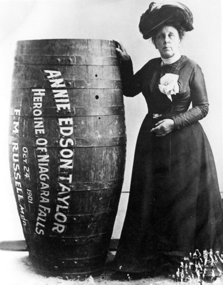 A fiatalon megözvegyült Anne Edson Taylor 64 éves korában jutott arra, hogy nincs más lehetősége egy kis pénzkeresésre, csak ha valami nagy mutatványba fog. Így 1901-ben egy saját építésű hordóban vetette le magát a Niagara-vízesés tetejéről - és túlélte!