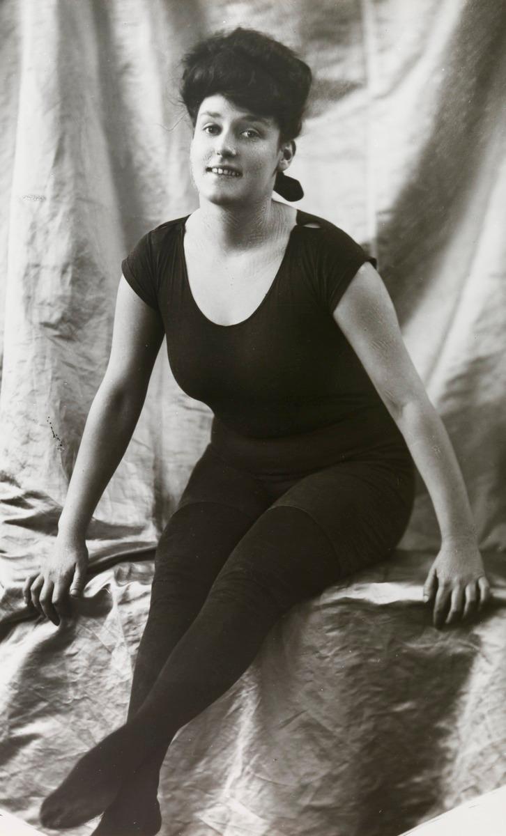 Annette Kellerman, akit 1907-ben saját találmánya, az egyrészes fürdőruha viseléséért tartóztattak le Massachusetts-ben - a nők viszont imádták, így nem sokkal később saját kollekciója is lett.