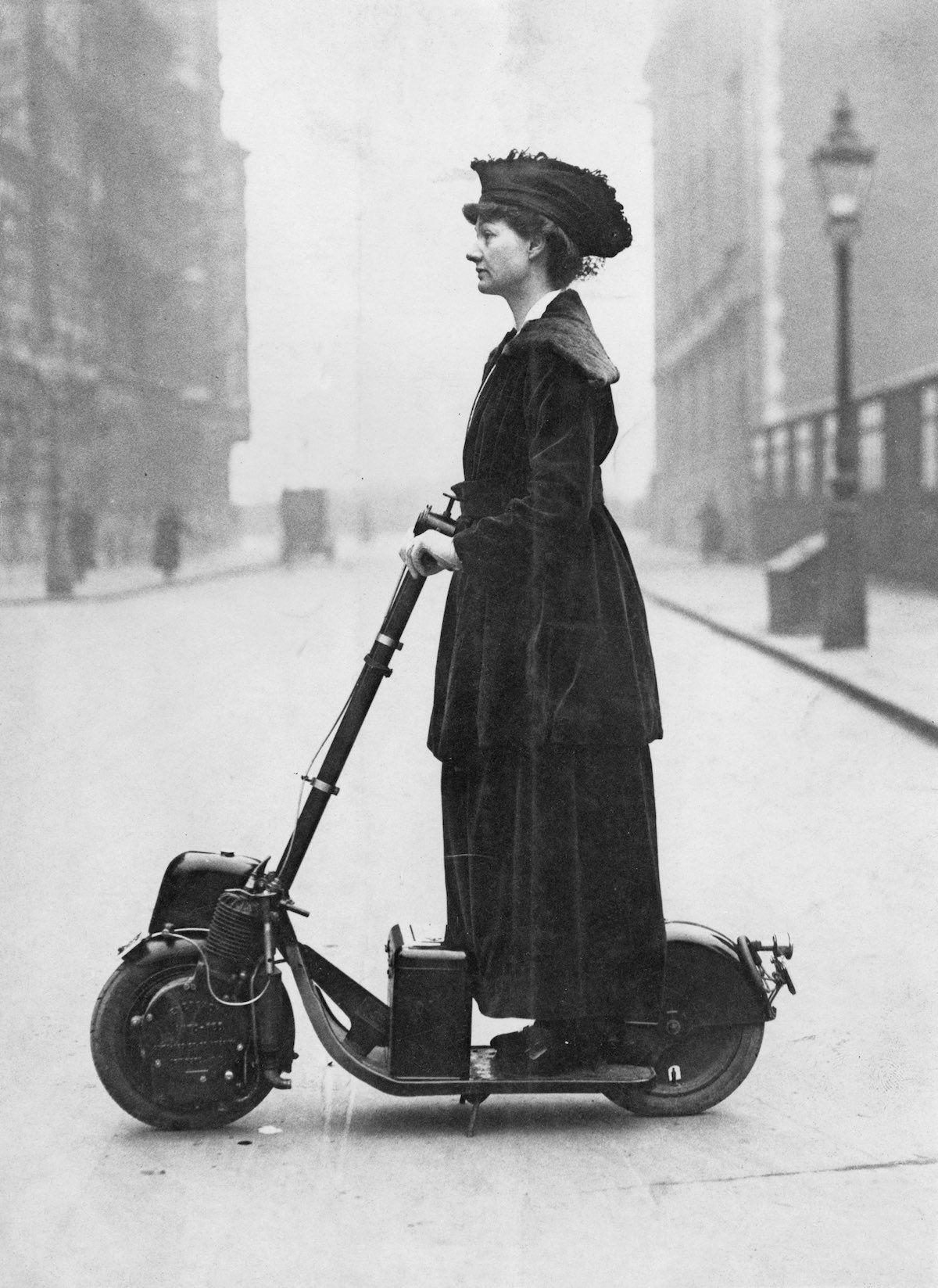 Az angol társasági hölgy és aktivista, Lady Norman, egy szüfrazsett volt, aki már 1916-ban motoros rollerrel járt, szinte elsőként a világon!