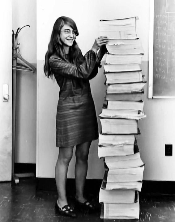 Margaret Hamilton épp az Apollo program szoftverének kódja mellett áll, amelyet vezető szoftvermérnökként kézzel gépelt le, és amely azért született, hogy az ember a Holdra léphessen. Wow!
