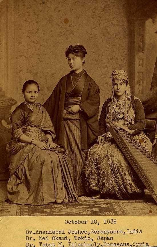3 fantasztikus nő – egy indiai, egy japán, és egy szír, akik orvosként végeztek Philadelphiában, 1885-ben, korukat jócskán meghaladva, úttörőként a hazájukban.