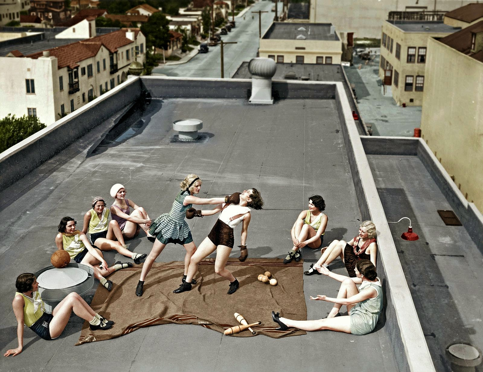 women_boxing_on_a_roof_1938_2.jpg