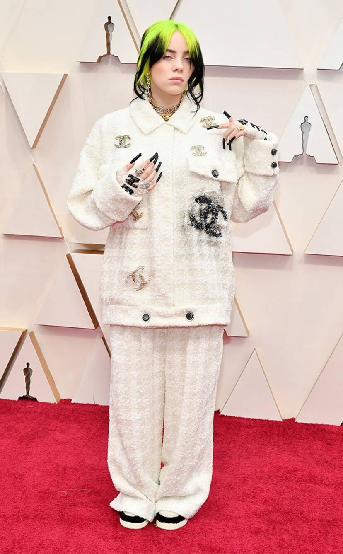 Billie Eilish egy neki készült Chanel kosztümben
