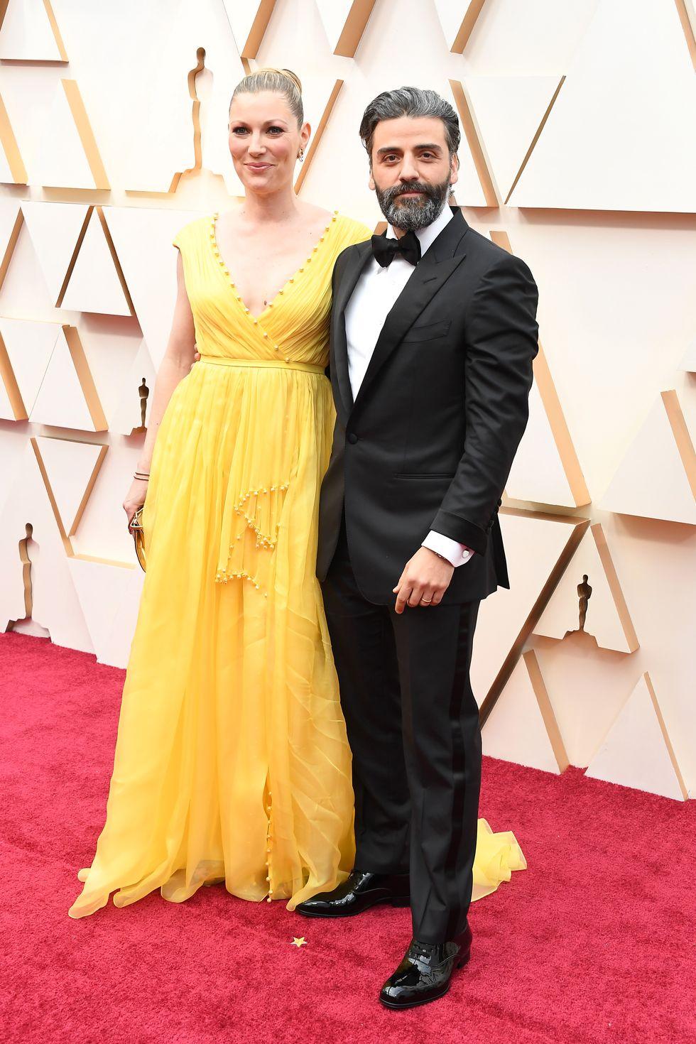 Oscar Isaac Tom Ford öltönyben és felesége, Elvira Lind