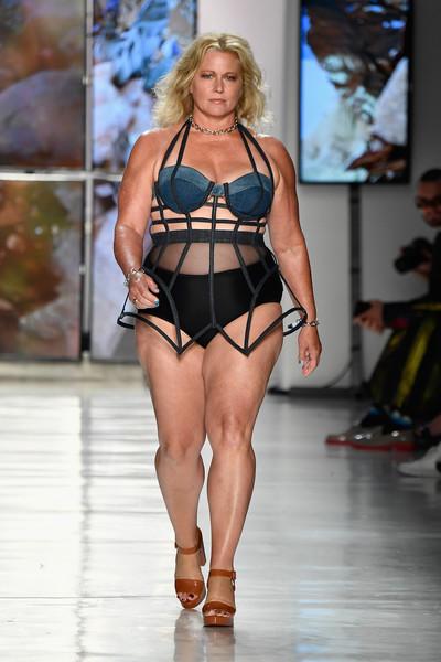 Emme Aronson, sokak szerint az első sikeres plus size modell, akit a Revlon 1998-ban szerződtetett