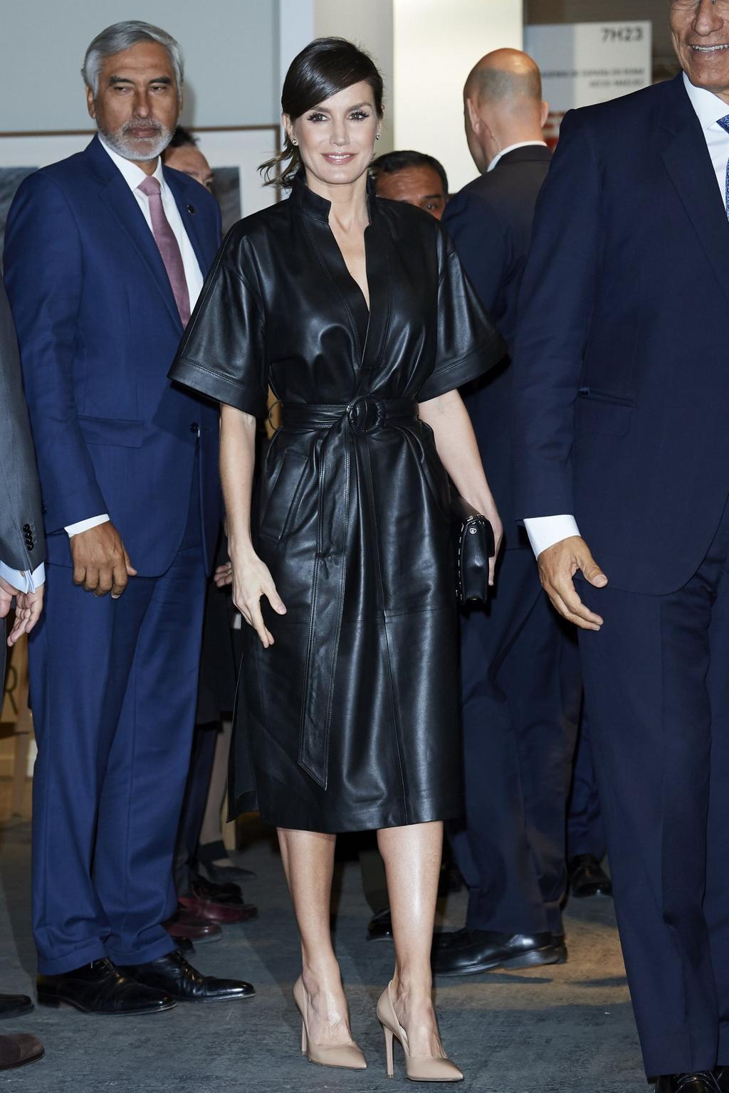 Letizia spanyol királyné egy kortárs művészeti vásáron, műbőrruhában