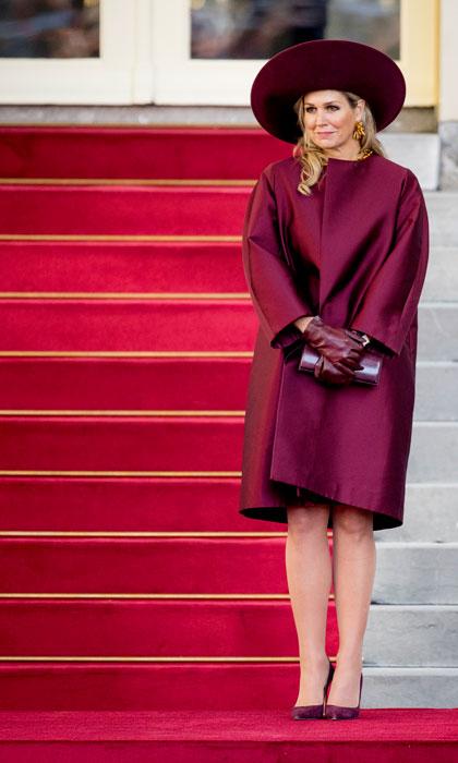 Maxima királyné bordó kabátban