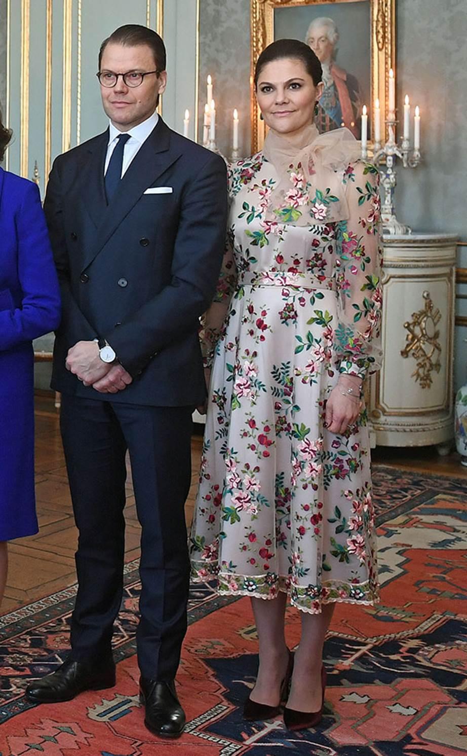 Victoria hercegnő egy svéd tervező, Stylein virágos ruhájában
