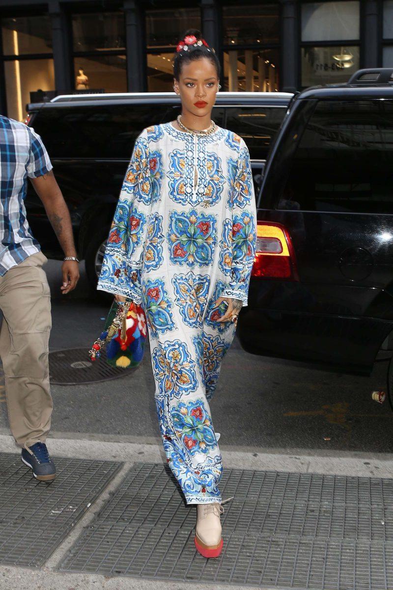 A selyemkendőket idéző mintájú, anyagú ruhák is irtó népszerűek idén - Rihanna már tavaly tudta, mi lesz a tuti!