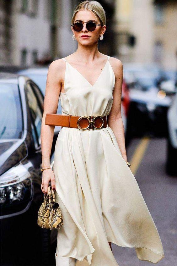 Könnyű szaténruha és markáns öv, ez csak jól sülhet el, főleg ha találsz egy szépséges fülbevalót hozzá.