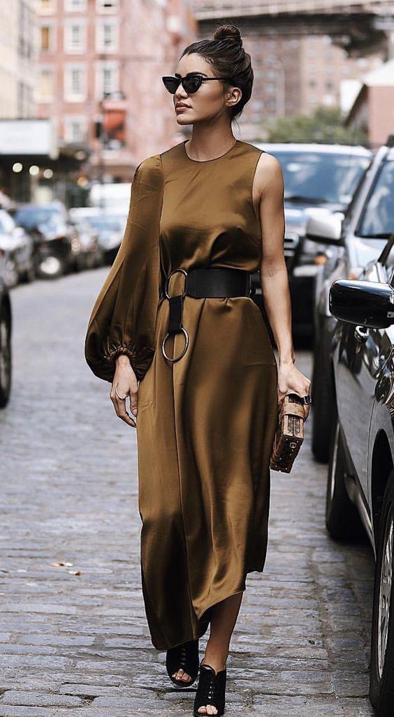 A selyemhatású ruhák sötét színekben is abszolút favoritok, de a kombinéfazonnál izgalmasabb szabásvonalakat is bevállalhatsz, mint ez itt!