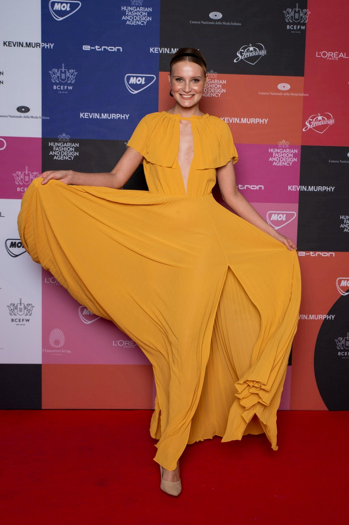 A sárgánál nem lesz menőbb idén - ha meleg árnyalatok jellemeznek, válassz ilyen ruhát, mint Gál Franciska modell az Elysiantól! Ki imádja még a magasan sliccelt maxikat? ;)