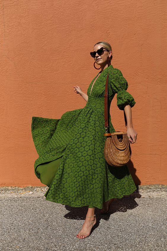 A kézimunka hatását nem szabad lebecsülni, ami ezen a gyönyrű zöld ruhán nagyon szépen átjön - a fonott retikül pedig csak emel a fényén. Mediterrán gyönyör, ha nincs tűző nap!