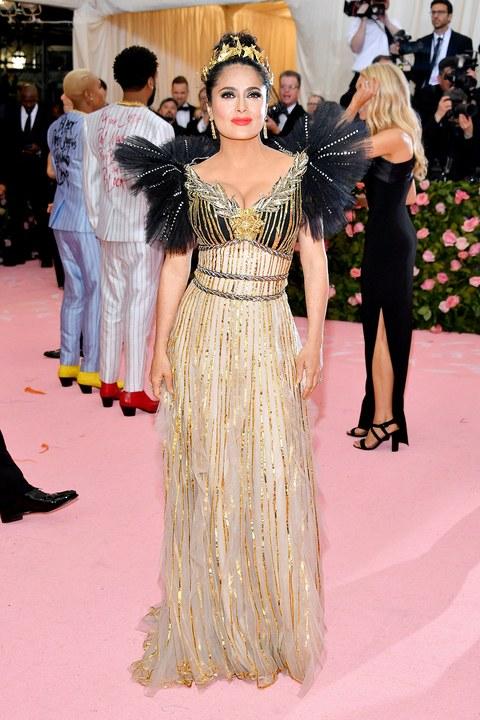 Salma Hayek aranyban, ami az est talán legnépszerűbb színe volt a pink mellett - Gucci