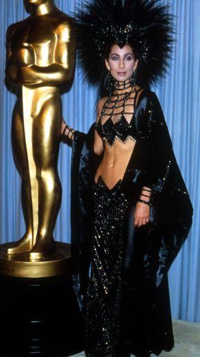 A legjobb színésznőnek járó Oscar 1986-ban a Holdkórosok című filmért, és a legrosszabb ruha díja is? Dehogyis! Cher mindig szexi!